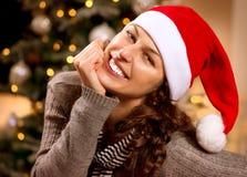 Γυναίκα Χριστουγέννων στο καπέλο Santa Στοκ εικόνα με δικαίωμα ελεύθερης χρήσης