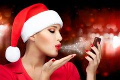 Γυναίκα Χριστουγέννων στο καπέλο Santa που παίρνει ένα Selfie που στέλνει τα φιλιά Στοκ φωτογραφία με δικαίωμα ελεύθερης χρήσης