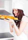 γυναίκα ψωμιού ψησίματος στοκ εικόνες
