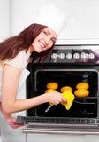 γυναίκα ψωμιού ψησίματος στοκ εικόνα