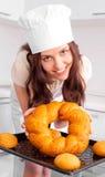 γυναίκα ψωμιού ψησίματος στοκ φωτογραφία με δικαίωμα ελεύθερης χρήσης