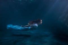 Γυναίκα ως γοργόνα κάτω από το νερό Στοκ φωτογραφίες με δικαίωμα ελεύθερης χρήσης