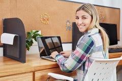 Γυναίκα ως επιχειρηματία με το lap-top Στοκ Εικόνα