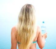 γυναίκα ύδατος μπουκαλιών Στοκ εικόνα με δικαίωμα ελεύθερης χρήσης