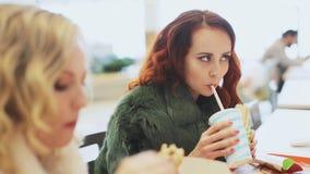 Γυναίκα δύο που τρώει το άχρηστο φαγητό φιλμ μικρού μήκους
