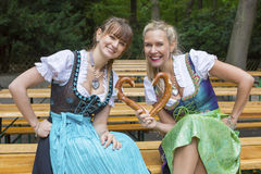 Γυναίκα δύο στο dirndl με pretzel στοκ εικόνες