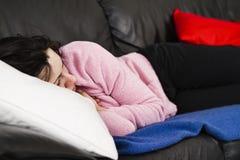 γυναίκα ύπνου καναπέδων Στοκ Εικόνες