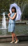 γυναίκα 2 ομπρελών Στοκ Εικόνες