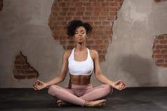 Γυναίκα Afro μετά από τη γυμναστική workout στοκ εικόνα