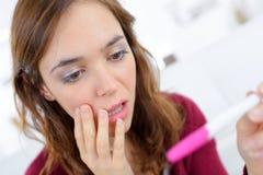 Γυναίκα Anguished που εξετάζει τον ελεγκτή εγκυμοσύνης Στοκ εικόνες με δικαίωμα ελεύθερης χρήσης