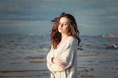 Γυναίκα arefree Ð ¡ υπαίθρια όμορφο μοντέλο κοριτσιών μ Στοκ Εικόνα