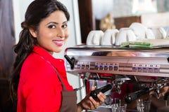 Γυναίκα Barista που κατασκευάζει τον καφέ στον καφέ με τη μηχανή Στοκ φωτογραφίες με δικαίωμα ελεύθερης χρήσης