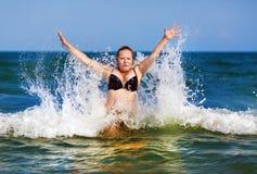 Γυναίκα Bikini στη θάλασσα Στοκ Εικόνες