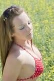 Γυναίκα bikini στο πεδίο canola στοκ εικόνα