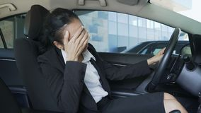Γυναίκα Biracial στη συνεδρίαση κοστουμιών στο αυτοκίνητο, που χτυπά το τιμόνι, ενόχληση φιλμ μικρού μήκους