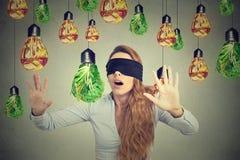 Γυναίκα Blindfolded που περπατά μέσω των λαμπών φωτός που διαμορφώνονται ως πράσινα λαχανικά άχρηστου φαγητού Στοκ Φωτογραφία