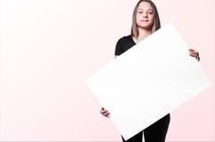 Γυναίκα Brunette με τον πίνακα Στοκ Εικόνες