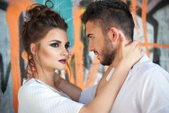 Γυναίκα Brunette με το επιθετικό makeup που αγκαλιάζει τον άνδρα Στοκ Εικόνα