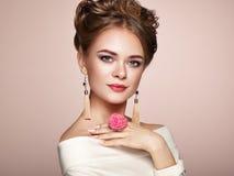 Γυναίκα Brunette με το κομψό και λαμπρό hairstyle στοκ φωτογραφίες