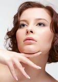 Γυναίκα Brunette με το μανικιούρ στοκ εικόνες με δικαίωμα ελεύθερης χρήσης