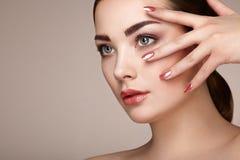 Γυναίκα brunette ομορφιάς με το τέλειο makeup στοκ εικόνα με δικαίωμα ελεύθερης χρήσης