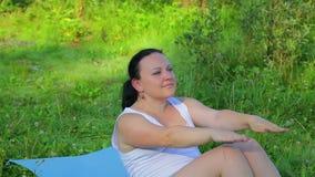 Γυναίκα Brunette που κάνει τις ασκήσεις Τύπου στη λίμνη το πρωί απόθεμα βίντεο