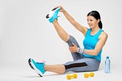 Γυναίκα Brunette που κάνει τις τεντώνοντας ασκήσεις στη γυμναστική Στοκ φωτογραφίες με δικαίωμα ελεύθερης χρήσης
