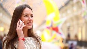 Γυναίκα Brunette που μιλά στο τηλέφωνο κυττάρων απόθεμα βίντεο