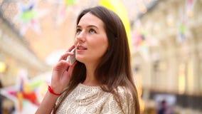 Γυναίκα Brunette που μιλά στο τηλέφωνο κυττάρων φιλμ μικρού μήκους