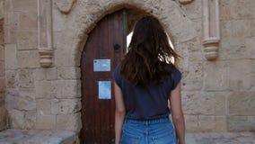 Γυναίκα Brunette που περπατά στις παλαιές θέσεις Θηλυκός τουρίστας που πηγαίνει στο παλαιό κτήριο φιλμ μικρού μήκους