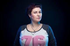 Γυναίκα Brunette σε ένα αθλητικό πουκάμισο Στοκ εικόνα με δικαίωμα ελεύθερης χρήσης