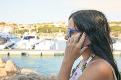 Γυναίκα Businnes που κάνει μια κλήση υπαίθρια στοκ εικόνες με δικαίωμα ελεύθερης χρήσης