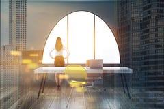 Γυναίκα CEO στο γραφείο επιχείρησης, διπλάσιο εικονικής παράστασης πόλης απεικόνιση αποθεμάτων