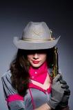 Γυναίκα cowgirl με το πυροβόλο όπλο Στοκ Εικόνες