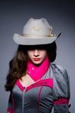 Γυναίκα cowgirl με το πυροβόλο όπλο Στοκ Φωτογραφία