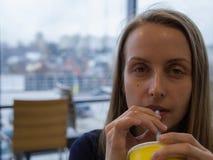 Γυναίκα dring κατανάλωσης καφέδων με το άχυρο στοκ φωτογραφία με δικαίωμα ελεύθερης χρήσης