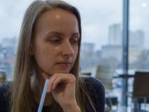 Γυναίκα dring κατανάλωσης καφέδων με το άχυρο στοκ εικόνα με δικαίωμα ελεύθερης χρήσης