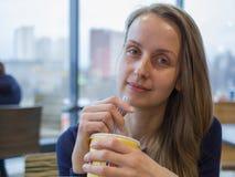 Γυναίκα dring κατανάλωσης καφέδων με το άχυρο στοκ εικόνες