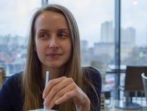Γυναίκα dring κατανάλωσης καφέδων με το άχυρο στοκ εικόνες με δικαίωμα ελεύθερης χρήσης