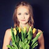 Γυναίκα Fashon με τα κίτρινα λουλούδια Στοκ Εικόνα