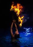 Γυναίκα Firedancer στο νερό Στοκ Εικόνες