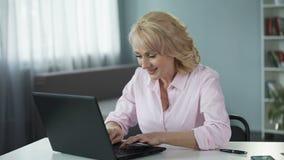 Γυναίκα Flirty που και που καταχωρεί στη χρονολόγηση του ιστοχώρου για να βρεί το νέο φίλο απόθεμα βίντεο