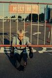 Γυναίκα Freaky στην άσφαλτο στο χώρο στάθμευσης στοκ εικόνα