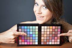 Γυναίκα Glamor που δείχνει στη ζωηρόχρωμη παλέτα για τη μόδα makeup στοκ φωτογραφία με δικαίωμα ελεύθερης χρήσης