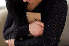 Γυναίκα Grieving με το πλαίσιο φωτογραφιών στη νεκρική ημέρα Στοκ Εικόνες
