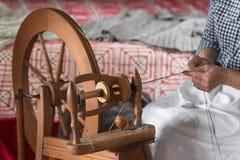 Γυναίκα Handspinning στην περιστροφή της ρόδας στοκ εικόνες με δικαίωμα ελεύθερης χρήσης
