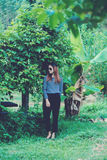 Γυναίκα Hipster με την έννοια τρόπου ζωής ύφους μόδας γυαλιών ηλίου, που φορά μια γραπτή ριγωτή μπλούζα Στοκ Φωτογραφία