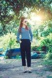 Γυναίκα Hipster με την έννοια τρόπου ζωής ύφους μόδας γυαλιών ηλίου, που φορά μια γραπτή ριγωτή μπλούζα Στοκ Εικόνες