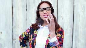 Γυναίκα Hipster με eyeglasses που φυσούν το φιλί απόθεμα βίντεο