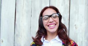 Γυναίκα Hipster με eyeglasses που φυσούν το φιλί φιλμ μικρού μήκους